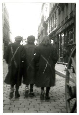 Femmes de retour de déportation dans Lyon (© Editions BGA Permezel)